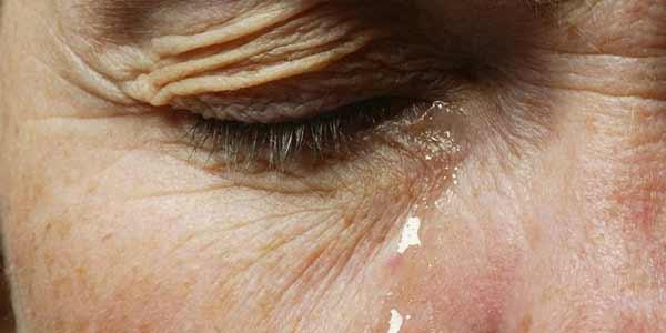 گریه بی دلیل از علائم اعتیاد به حشیش